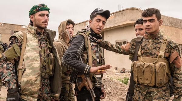 Soldados do Exército Livre da Síria em preparação para uma batalha contra o Estado Islâmico.[2]