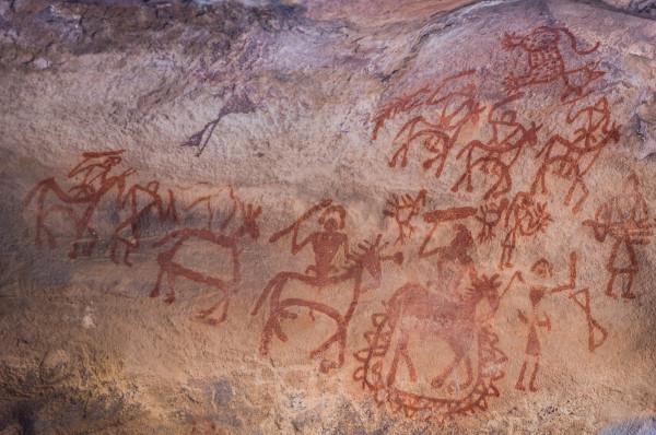 A arte no Período Mesolítico foi marcada pelo aparecimento dos primeiros desenhos de figuras humanas nas paredes das cavernas.