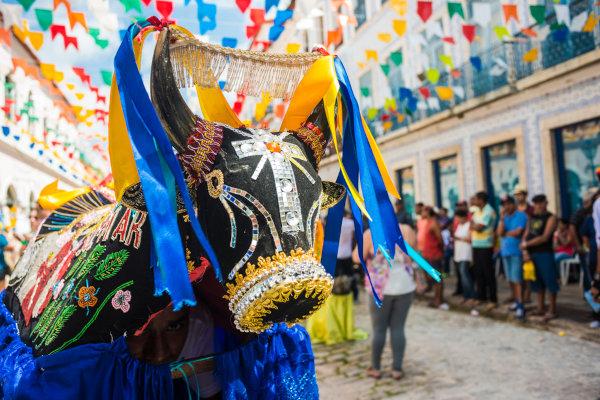 As ruas adornadas com bandeirinhas, as casas históricas com azulejos na fachada e os festejos de boi-bumbá são típicos do Maranhão.[2]