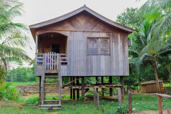Aspecto de uma moradia típica do Acre, construída com placas de madeira e de maneira elevada, a fim de evitar os alagamentos recorrentes na região.