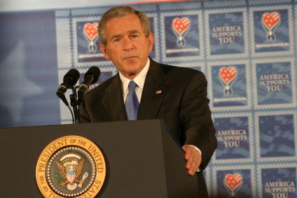 Bush foi o 43º presidente dos Estados Unidos, e seu mandato se estendeu de 2001 a 2009.