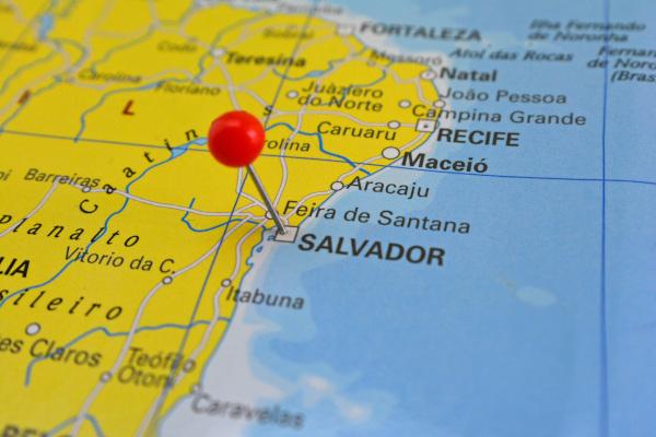Mapa de parte do litoral nordestino brasileiro com marcador vermelho na cidade de Salvador.