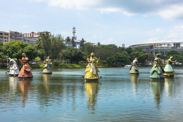 Foto dos orixás localizados no dique do Tororó, em Salvador, Bahia.