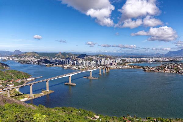 Imagem aérea da Terceira Ponte, que se localiza entre Vitória e Vila Velha.
