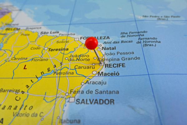 Foto de um mapa focalizando parte do Nordeste brasileiro com uma marcação sobre a cidade de Recife.