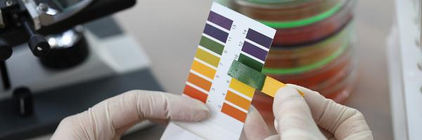 O valor do pH pode ser indicado com fitas que adquirem cores diferentes de acordo com o pH da solução.