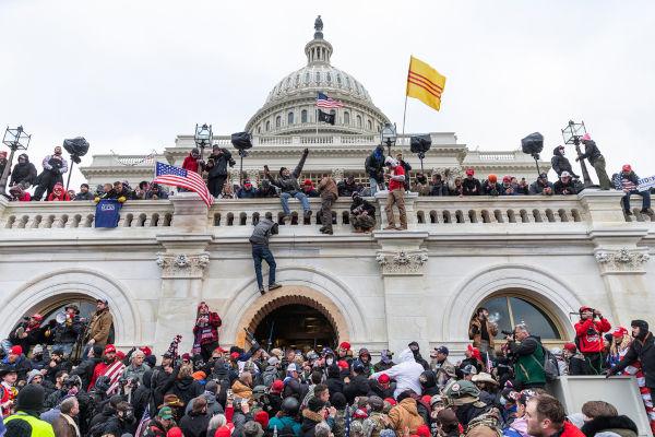Inúmeras pessoas invadindo o Capitólio, nos Estados Unidos.
