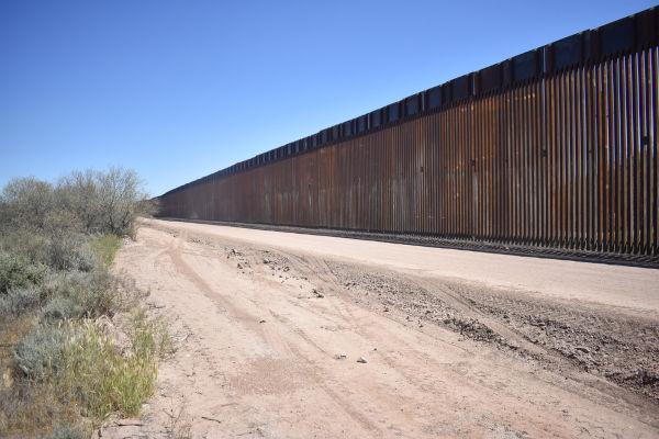 Muro entre as divisas do México e dos Estados Unidos.
