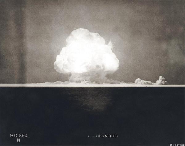 Explosão de bomba atômica durante a Experiência Trinity, o primeiro teste nuclear da história, em 16 de julho de 1945.