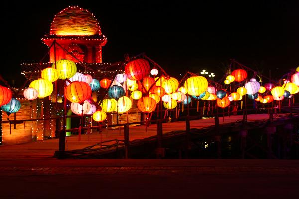 Foto de conjunto de lanternas no Festival das Lanternas, Vietnã.