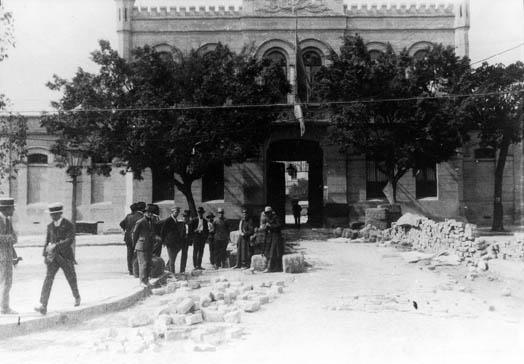 Trincheiras revolucionárias abandonadas em frente ao quartel da Força Pública de São Paulo, 1924. [1]