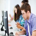 Estudante usando computador