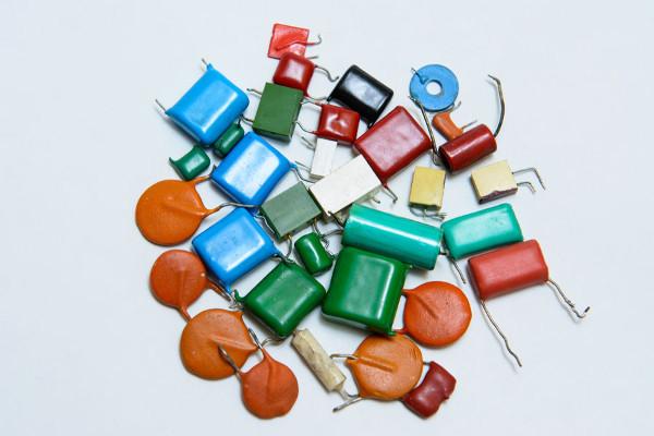 Os capacitores são usados principalmente para o armazenamento de cargas elétricas.