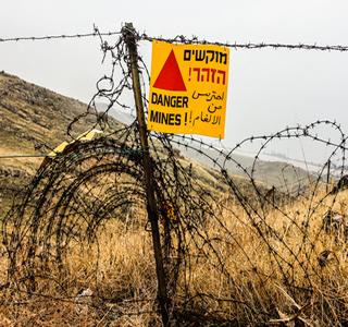 Cerca e placa de informação sobre existência de minas terrestres nas Colinas de Golã, colocadas durante a Guerra dos Seis Dias
