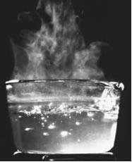 A passagem do estado líquido para o gasoso da água que ferve é um exemplo de ebulição.