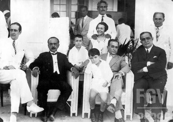 Getúlio Vargas (no centro da imagem com uma criança no colo) foi presidente do Brasil entre 1930-1945 e 1951-1954.[1]