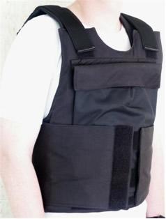 Coletes à prova de balas para a proteção de soldados e policiais são feitos com o polímero Kevlar®