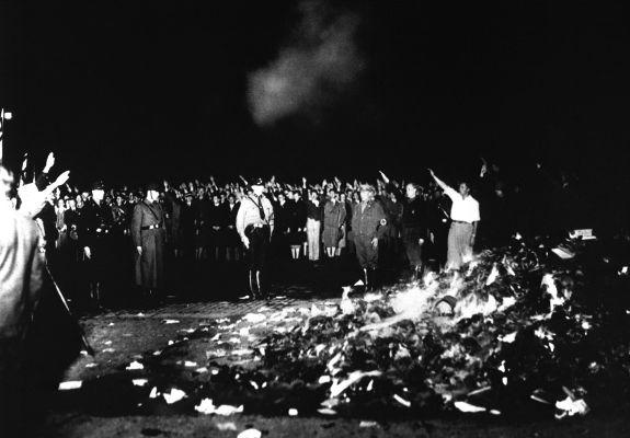 Queima de livros organizada pelos nazistas em 1933. A perseguição ao livre pensar é uma das marcas de regimes totalitários.¹