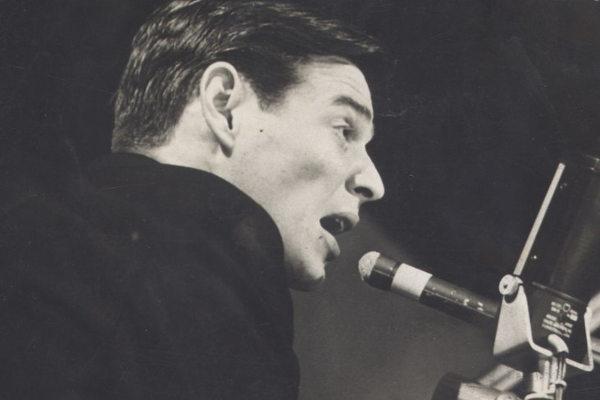 Exímio pianista, Tom Jobim exaltava seu amor pelo Rio de Janeiro nas suas canções. [1]
