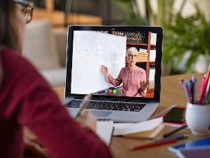 Professora em aula on-line