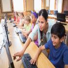 alunos pesquisam na internet