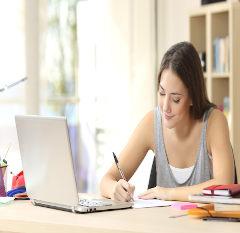 Aluna assiste aula online