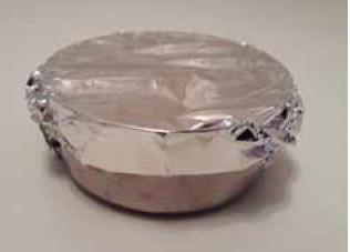 Recipiente de aço inoxidável coberto com uma folha de alumínio
