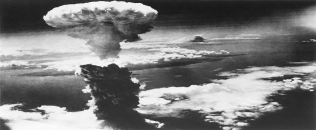 Foto da bomba atômica explodindo no céu