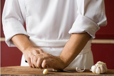 O cheiro desagradável do alho que fica nas mãos surge quando o cortamos ou amassamos