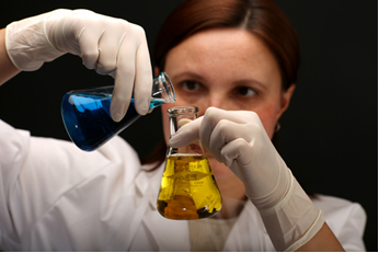 Para que a reação ocorra é preciso que haja contato entre os reagentes