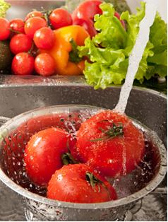 É preciso lavar bem os alimentos, tais como frutas, legumes e hortaliças