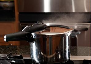 Alimentos em panela de pressão cozinham em menos tempo do que em panelas abertas