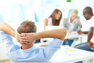 Alunos ficam sem fazer nada enquanto os outros alunos realizam o trabalho em grupo