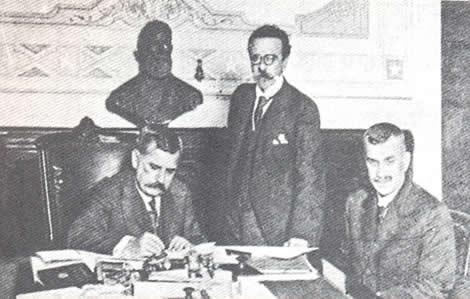Venceslau Brás declarando guerra à Alemanha, acompanhado de Nilo Peçanha (em pé) e Delfim Moreira (sentado)