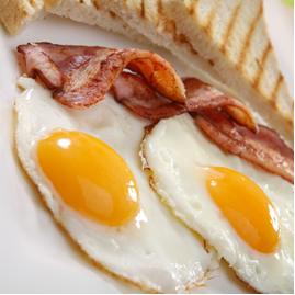 Ovo e bacon são alimentos ricos em colesterol