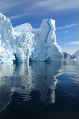 O movimento das geleiras ocorre porque o peso das camadas superiores derrete as inferiores