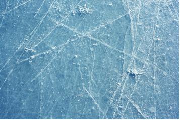 Gelo de pista de patinação com partes que derreteram e congelaram novamente