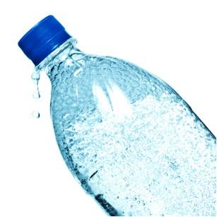 Bolhas formadas em garrafa de água agitada