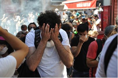 O gás lacrimogêneo causa fortes reações de lacrimejo e irritação aos olhos