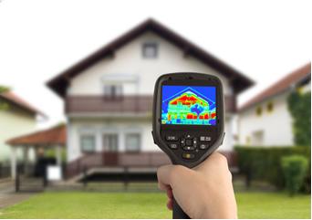 As fotos obtidas por câmera sensível ao infravermelho mostram áreas mais quentes na casa