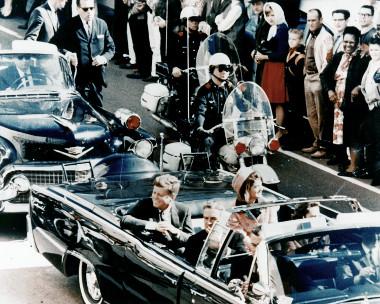 John F. Kennedy e sua esposa momentos antes de seu assassinato