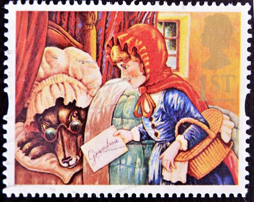 Na versão dos Irmãos Grimm, Chapeuzinho Vermelho e a avó são salvas, o que evita um desfecho trágico. Na versão de Perrault, elas não foram poupadas