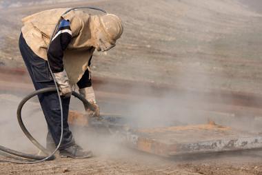 Jateamento de areia em estruturas metálicas no canteiro de obras