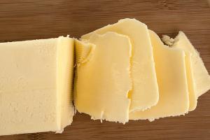 Manteiga fatiada para amolecer mais rápido