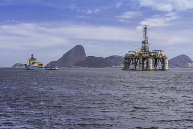 Plataforma de extração de Petróleo nas proximidades do litoral carioca
