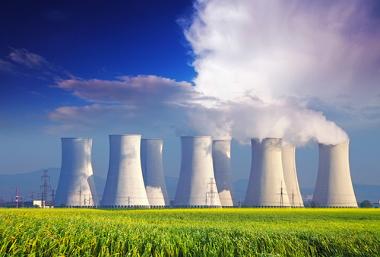 Torres de resfriamento em usina de geração de energia nuclear