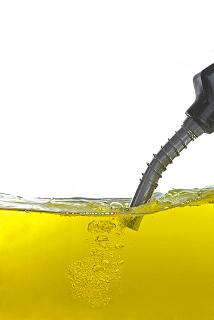 A cor da gasolina original varia de incolor à amarelada a depender da composição química e dos diversos processos de refino. Somente a gasolina podium é incolor