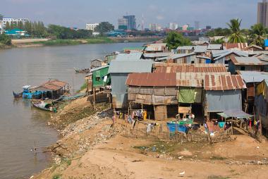 Área de ocupações irregulares nas margens de um rio na cidade de Phnom Penh, Camboja