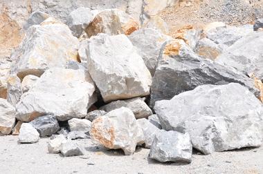 Calcário, rocha de origem orgânica utilizada na fabricação de gesso, adubo e outros materiais