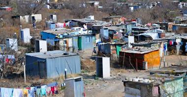 Área de moradias precárias, em Joanesburgo, África do Sul
